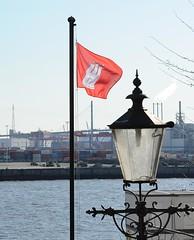 Hamburg Fahne am Fahnenmast bei der Köhlbrandbrücke - historische Laterne.