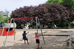Spielplatz beim Mahnmal zur Erinnerung an die Bücherverbrennung. Der Gedenkplatz liegt mitten im Grünen und auch als Gebrauchsplatz genutzt werden.   (2006)
