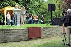 Lesung von Schülerinnen und Schülern gegen das Vergessen. SchülerInnen der umliegenden Schulen nehmen an der Marathonlesung zum Gedenken an die Bücherverbrennung teil - ein Fernsehteam filmt den Auftritt.   (2006)
