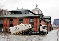 Lastwagen im Hochwasser - Container an der Fischauktionshalle.