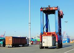 Containertransport mit Portalhubwagen und Lastkraftwagen, LKW - Terminal Burchardkai.