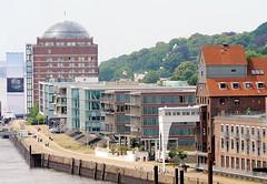Luftaufnahme von der Architektur Hamburg Neumühlen. Rechts der Altonaer Hafenkai mit dem Speichergebäude und im Hintergrund das ehem. Kühlhaus, das zu einer Seniorenresidenz umgebaut wurde.