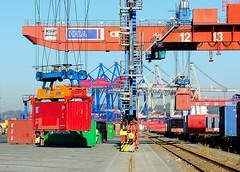 Verladung von Container - Bahngleise und Güterwaggons der Hafenbahn.