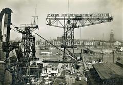 Historische Ansicht von den Werftanlagen der Deutschen Werft Reiherstieg Werk 3 auf Hamburg Steinwerder; im Hintergrund die Michaeliskirche, die Seewarte und Landungsbrücken.