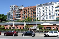 Blick von der Strasse St. Pauli Fischmarkt zur höhergelegenen Hafenstrasse.