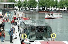 Alsterschiffe der Weissen Flotte in Hamburg; das Solarschiff Alstersonne am Anleger Jungfernstieg.