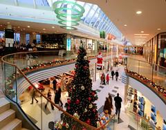 Weihnachtlich geschmückte Einkaufspassage in der Hamburger City.