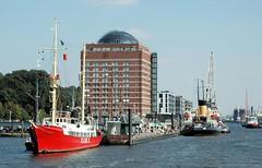 Museumshafen, Feuerschiff am Anleger Neumühlen - Gebäude Seniorenresidenz.
