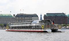 Alsterschiffe der Weissen Flotte in Hamburg; das Solarschiff Alstersonne auf der Binnenalster.