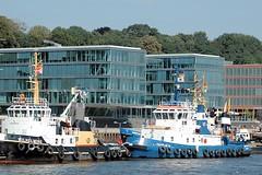 Hafenschlepper am Ponton vor Neumühlen - Architektur am Hafenrand.