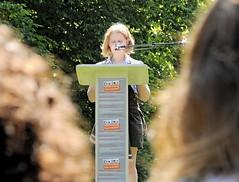 Eine Schülerin liest zum Gedenken an die Bücherverbrennung am Gedenkplatz.   (2008)