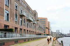 Fassade vom Altonaer Kaispeicher - umgebaut zum Bürogebäude im ehem. Fischereihafen. Die Kaianlage wird als Spazierweg entlang der Elbe genutzt.
