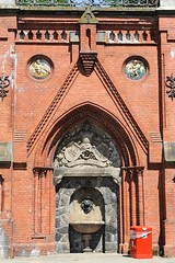 Brunnen am Kopfbau der Köhlbrandtreppe - Bilder historischer Architektur Hamburg Altonas.