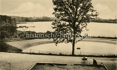 Historische Ansicht vom Harburger Stadtpark - Blick zum Aussenmühelteich. Eine Mutter sitzt mit Kinderwagen und Kindern an einer Sandkiste.