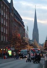 Weihnachtsstimmung in der Hamburger Mönckebergstraße, die Bäume sind mit Lichterketten geschmückt.