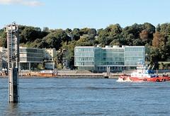 Bürohäuser - Blick von der Elbe, Schlepper in Fahrt - Häuser an der Elbtreppe.