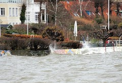 Wellen schlagen bei Hochwasser an die Strandmauern Oevelgönnes.