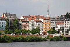 Häuser der Hafenstrasse am Hafenrand.  Hinter den Wohnhäusern an der Woterkant ist die Spitze des Fernsehturms zu erkennen.