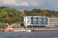Hamburger Architektur am Elbrand von Neumühlen - Hafenfähre mit Fahrgästen.