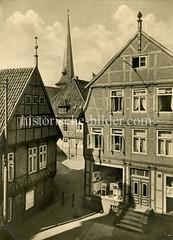 Altes Foto von Hamburg Wilhelmsburg - Fachwerkhäuser und Kirchturm.
