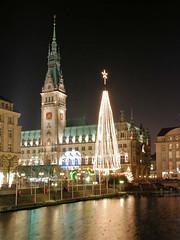 Lichterbaum und Weihnachtsmarkt auf dem Hamburger Rathausplatz.