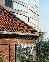 Gebäude des Hafenbahnhofs und moderne Fassasde an der Grossen Elbstrasse.