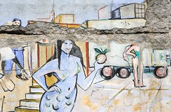 Wandmalerei - Graffiti an der Elbtreppe -  die Malerei ist beschädigt, Putz bröckelt von der Wand an der Strasse.