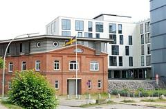 Historische Industriearchitektur mit moderner Nutzung - Neubauten am Elbufer.