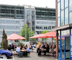 Gastronomie vor einem Restaurant Grosse Elbstrasse, van der Smissen Strasse. Viele der Angestellte aus den umliegenden Bürohäusern verbringen ihre Mittagspause in den umliegenden Restaurants, die ihre Tische bei schönem Wetter auf der Strasse aufgest