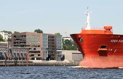 Schiff in Fahrt vor dem Altonaer Hafenrand - Bürogebäude Twin-Towers an der Grossen Elbstrasse; Architekt Carsten Roth.