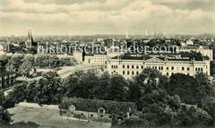 Alte Luftaufnahme vom Stadtteil Altona-Altstadt in Hamburg; Blick auf das Rathaus - lks. die Doppelkirchtürme der St. Petri-Kirche.