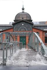 Die Treppe an der Fischauktionshalle steht teilweise unter Wasser und ist für Fussgänger nicht mehr passierbar - der Fährverkehr ist eingestellt.