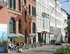 Strassencafe - Backsteinarchitektur in der Santk Pauli Hafenstrasse. Industriearchtitektur und Wohnarchitektur am Hafenrand Hamburgs.