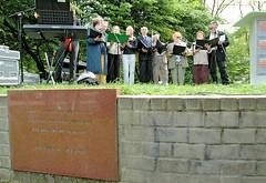 Auftritt des Jüdischen Chors Klezmerlech am Gedenkplatz zur Bücherverbrennung.   (2006)