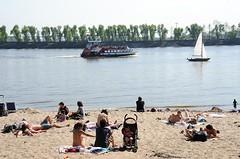 Wenn die erste Frühlingssonne wärmt, nutzen die HamburgerInnen mit ihren Kinder dies, um sich am Elbstrand in den Sand zu legen und den vorbeifahrenden Schiffen zuzusehen.