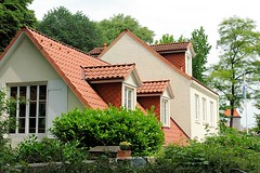 Architektur von Wohngebäuden am Hafenrand - alter Hausbestand in Neumühlen.