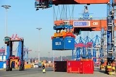 Containerumschlag im Hamburger Hafen - Arbeit auf dem Terminalgelände Burchardkai.