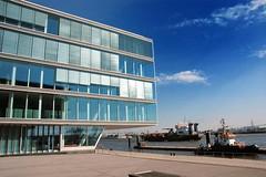 Moderne Glasarchitektur - architektonische Perlenkette, Elbe Hamburg Neumühlen.