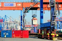 Containerumschlag auf einen Güterzug am Güterbahnhof Burchardkai.