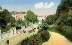 Historische Ansicht vom Elbberg - ein Pferdefuhrwerk  fährt die steile Straße hinauf, der Fahrradfahrer schiebt sein Rad. Im Hintergrund ist das Altonaer Rathaus zu erkennen.