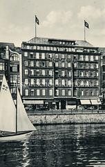Blick von der Binnenalster zum Streit's Hotel am Jungfernstieg.