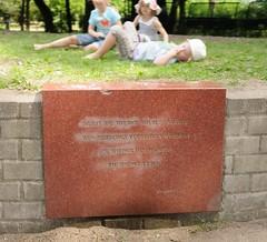 Erinnerungstafel am Mahnmal zur Bücherverbrennung am Isebekkanal. Gedenktafel mit der Inschrift - Nie wieder Faschismus - Nie wieder Krieg!   (2006)