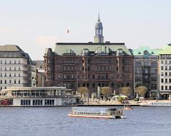 Alsterschiffe der Weissen Flotte in Hamburg; das Solarschiff Alstersonne auf der Binnenalster..