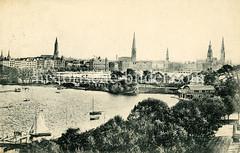 Historische Ansicht vom Panorama der Hansestadt - Blick über die Außenalster auf die Lombardsbrücke und die Kirchtürme der Stadt.