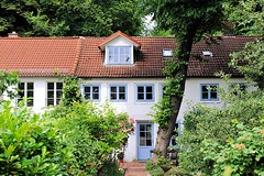 Wohnhaus im Grünen, Baum im Vorgarten - Hamburg Neumühlen.