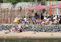 Cafe im Elbsand - Liegestühle mit Sonnenschirm, Strandperle.