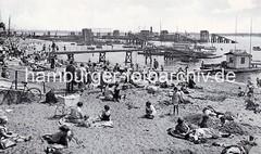 Historsche Strandszene am Elbstrand bei Oevelgoenne - Badegäste sitzen im Sand.
