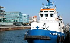Hafenschlepper am Liegeplatz im Altonaer Hafen - Hafenrandbebauung.