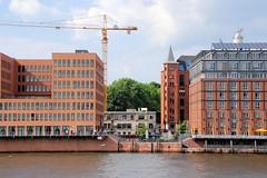 Baustelle an der Grossen Elbstrasse - Blick von der Elbe. Der Umbau / Überbau des historischen Altonaer Gebäudes Hafenklang hat begonnen - ein hoher Baukran steht an der Baustelle.