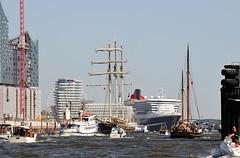 Liegeplatz der Queen Mary in der Hafencity - kleine Boote umschwärmen das große Kreuzfahrtschiff.